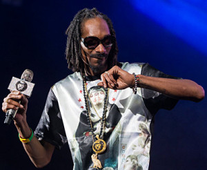140415-Snoop_Dogg_Performing_with_King_Ice_Microphone_and_Necklaces