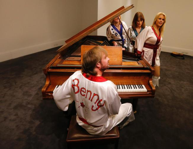 061015-benny-performs-on-piano