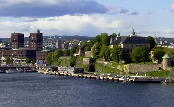 Oslo: Town hall to the left and Akershus fortress to the right