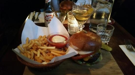 Burger at Salon 39
