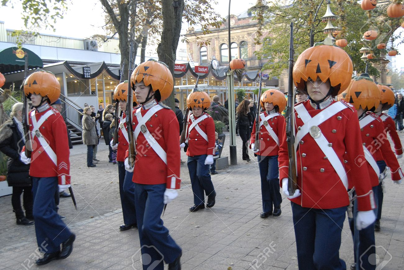 031016-denmark-copenhagen-danish-school-chidlren-have-autumn-holidays-there-is-halloween-week-in-tivoli-gar-stock-photo