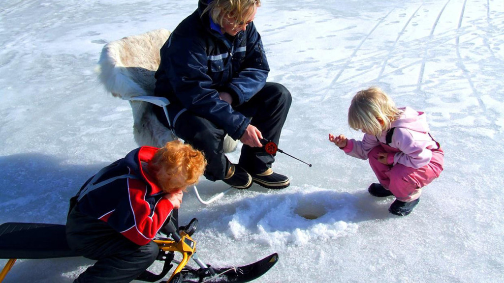 Family icefishing in Gjøvik, Norway. Photo: Visit Norway